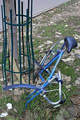 Paris, 2008 (Joseff_K) Tags: velo bike velocasse brokenbike rue street france arbre tree nikon nikond80 d80 paris nikkor28mmf28d