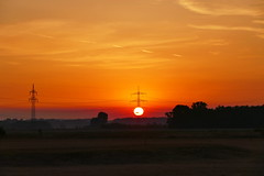 Energy (ivlys) Tags: leeheim hessischesried hessianreed sonnenaufgang sunrise landschaft landscape natur nature himmel sky sonne sun wolken clouds licht light baum tree strommast utilitypole ivlys