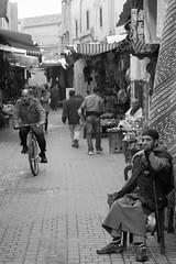 Spending time (ralcains) Tags: morocco marrakech marruecos blackwhite bw blancoynegro monochrome monocromo monochromatic monocromatico schwarzweis noiretblanc calle fotografiadecalle street streetphotography ngc