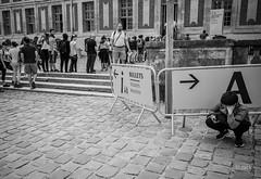 en passant par Versailles (Jack_from_Paris) Tags: l1011883bw leica m type 240 10770 leicaelmaritm28mmf28asph 11606 dng mode lightroom capture nx2 rangefinder télémétrique bw noiretblanc noir et blanc monochrom wide angle street château de versailles visite portrait regards touristes soleil sun cour pavés repos fatigue a