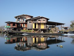 Lac Inley, Myanmar, janvier 2008. Lake Inley, Myanmar, January 2008. (vdareau) Tags: boat ciel sky water eau bateau maison house lac lake birmanie burma myanmar asiedusudest southeastasia asie asia