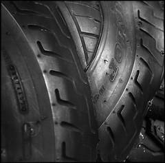 VoigtlanderSuperbHeliar-665-FP4-Ultrafin-7.15min@23-4 (photo:::makina) Tags: exportrollei black old tyre lilford fp4 ultrafin for 715min23° voigtlander superb heliar 1934 probably best tlr camera ever made focar2 close up