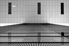 Streng lineare Architektur (ARTUS8) Tags: symmetrie minimalismus nikon24120mmf40 fassade blackwhite flickr lookingup linien modernearchitektur nikond800 spiegelung geometrisch