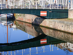 Le canal pris en tenaille - The canal caught in a clamp (CORMA) Tags: 2018 zeeland zélande hollande nederland paysbas thenetherlands zealand middelburg pont bridge reflet reflection canal channel londensekaai kanaal ponte