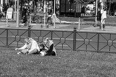 Relax in Berlin (Luiz Contreira) Tags: berlin berlim berlinstreet berlinstreets relax blackwhite bw europe europa sun deutschland germany german street streetphotography fotografiaderua brazilianphotographer pretoebranco people pessoas