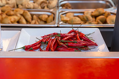 Rote Chilischoten und Chips im verschwommenen Hintergrund (marcoverch) Tags: 2018 locationindependent reiseblogger reisen vienna digitalnomad travel wien österreich at food lebensmittel noperson keineperson hot heis chili cooking kochen vegetable gemüse pepper pfeffer spice würzen cuisine restaurant traditional traditionell meal mahlzeit delicious köstlich epicure feinschmecker grow wachsen dinner abendessen desktop dish gericht culture kultur plate teller storm rain bench lego classic town flickr florida golden greece rote chilischoten chips verschwommenen hintergrund