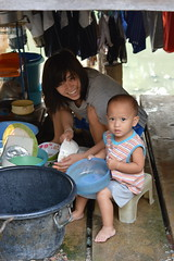 helping mother wash the dishes (the foreign photographer - ฝรั่งถ่) Tags: mother washing dishes toddler baby stool khlong thanon portraits bangkhen bangkok thailand