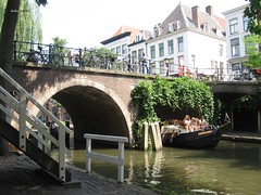 Jacobibrug, Oude Gracht, Utrecht (bcbvisser13) Tags: gracht canal boot brug bridge brücke ponte jacobibrug oudegracht utrecht nederland eu werf boogbrug warf yards