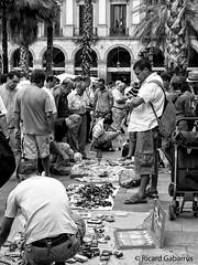 2554  Escena callejera (Ricard Gabarrús) Tags: street escenacallejera robado callejeando blancoynegro mercadillo mantero mercado ricardgabarrus ricgaba olympus