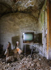 TV corner - URBEX ((Virginie Le Carré)) Tags: urbex urbain urban lost derelict decay decayed desolate désaffecté d800e maison villa italie italy fauteuil armchair télé tv gravats hdr intérieur inside