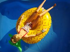 Relaxing on the pineapple 🌴 😎 (Deejay Bafaroy) Tags: fashion royalty jasonwu fr integrity toys doll puppe hotdots poppy parker tropicalia convention 2012 barbie wasser water swimmingpool schwimmbassin schwimmbecken blue blau yellow gelb green grün portrait porträt blonde blond summer sommer pineapple ananas