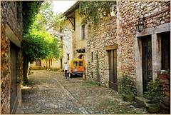 A Pérouges, Ain, Auvergne-Rhône-Alpes, France (claude lina) Tags: france auvergnerhônealpes claudelina pérouges ain village 2cv deuche citroën rue ruelle maisons house architecture