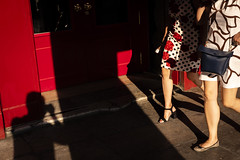 Plaza_Mayor-9665 (Crebolledof) Tags: fotografíaurbana fotografíacallejera fotografíadecalle calle color contraluz street streetphotography straightphotography sombras siluetas shadows summer madrid rojo red
