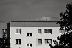 Berlin, Barther Straße (tom-schulz) Tags: eosm3 carlzeissjenabiotar582 biotar582 monochrom bw sw snapseed berlin thomasschulz häuserblock haus fenster wolke himmel