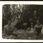 Archiv P393 Familienidyll im Garten, 1910er thumbnail