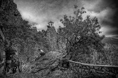 (380/18) El niño en la roca (Pablo Arias) Tags: pabloarias photoshop ps capturendx españa photomatix nubes cielo arquitectura hierba árbol paisaje bn blancoynegro guadalest alicante