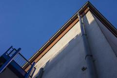 18-08-12 fass blau strukt diag frosch p dsc00102-1 (ulrich kracke (many thanks for more than 1 Mill vi) Tags: balkonblau diagonale ecke flucht froschp gitter licht mauer regenrinne schatten sonnenaufgang stockumerstr struktur wand sidelit cof033