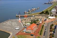 Blick vom Atlantic Hotel Sail City in Bremerhaven (Wolfgang.W. ) Tags: sailcity bremerhaven blickhafen pingelturm zooammeer stadt schlepperpier schiffe
