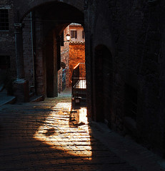 Vicolo al tramonto - Alley at sunset (Ola55) Tags: ola55 perugia umbria italy vicolo alley sunset tramonto centrostorico historicalcentre town città arch arco scalette stairs luce ombra light shadow italians hccity