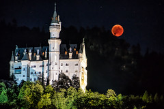 Mondfinsternis Schloss Neuschwanstein (stefangruber82) Tags: alpen alps bayer bavaria mondfinsternis totallunareclipse lunareclipse eclipse blutmond erdbeermond bloodmoon castle neuschwansteincastle neuschwanstein red rot mond moon nacht night