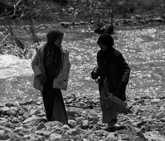 Young women on the riverside (thierry_meunier) Tags: afrique maroc morocco zaouiat femme homme man marché market montagne mountain road route travel village voyage woman bw black white noir et blanc