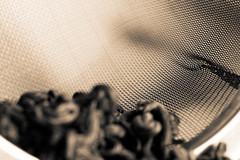 Colador de té (Pascal Volk) Tags: coladordeté teastrainer teesieb sieve sifter sieb cedazo mesh maŝo availablelight ambientlight monochrome sepia einfarbig gold macro makro 50mm closeup nahaufnahme macrodreams bokeh dof depthoffield macromondays monochromemonday tee tea té canoneos80d canonef50mmf25compactmacro manfrotto mt294a3 804rc2 dxophotolab dxofilmpack ilforddelta400