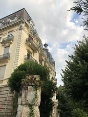 Aix-les-Bains : Hôtel Excelsior (Christophe Rose) Tags: bâtiment sky ciel architecture auvergnerhônealpes aix iphone8 iphone france alps alpes savoie beauregard nuage cloud aixlesbains hôtel christopherose christophe rosé flickr excelsior