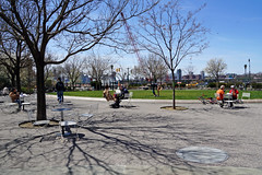 14th Street Park / Hudson River Park, New York City (SomePhotosTakenByMe) Tags: baum tree park hudsonriverpark meadow wiese chelsea shadow schatten urlaub vacation holiday usa america amerika newyork newyorkcity nyc stadt city downtown innenstadt outdoor 14thstreetpark manhattan