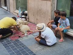 I bambini ci guardano (VauGio) Tags: sanremo streetartist bimbi bambini boy boys cane dog olympus omd em10 child strada artistidistrada desica pooh sabbia sand