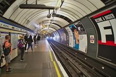 Mind the gap. (jens.steinbeisser) Tags: gleise darktable pentaxk5ii bauwerk fahrzeug tamronaf18200xrdiiildaspherical england london underground vauxhall highiso ubahn