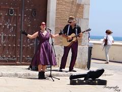 La cantante y el guitarrista. (habanera19) Tags: people sitges barcelona espana beautiful retro cantantescallejero espectaculo singer man woman sumer guitarrista cantante urbana street