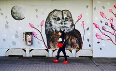 Faune urbaine (Alex L'aventurier,) Tags: helsinki finlande finland street rue candid urban urbain city ville art murale owl hibou red rouge shoes souliers espadrilles purse sacoche bourse woman fille femme wall mur walking marcher mouvement movement