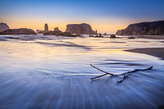 Bandon Beach (Juan Pablo J.) Tags: outdoors ocean oceano outdoor ocaso sunset seascape sky sundown sunsetmadness sea seashore searocks nature naturephotography naturepics beach bandon oregon