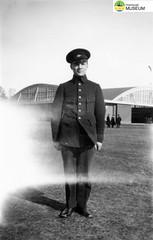 tm_4790 - Malmslätt, Östergötland 1942 (Tidaholms Museum) Tags: svartvit positiv soldat 1942 malmslätt östergötland militäruniform