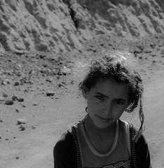 Le regard (thierry_meunier) Tags: afrique ahamsal hautatlas highatlas maroc morocco ouarzazate taglia zaouiat children enfants femme montagne mountain paysanne paysans road route travel voyage woman black white noir et blanc bw