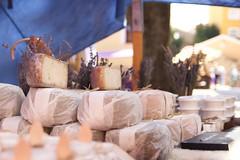 Tesoro: comida callejera ó ... (AriCatalán) Tags: gastronomía simetria queso cheese puestos mercado market mercadillo brihuega juegolvm escueladejackie