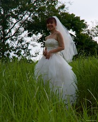 IMGP3391 The Bride in the grass (Claudio e Lucia Images around the world) Tags: ubud bali indonesia asia bride sposa white lady girl grass erba velo marriage shooting model topmodel asianmodel smile pentax pentaxk30 pentax18135 pentaxart
