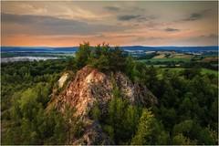 Der Felsen, der nicht im Mittelpunkt steht (linke64) Tags: thüringen deutschland germany felsen bäume natur landschaft himmel wolken berge