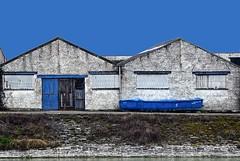 ZSBM (roberke) Tags: kade water boot sloep hangars twee deur door 5 windows ramen vensters sky lucht blauw bleu blou outdoor sunlight sun zonlicht