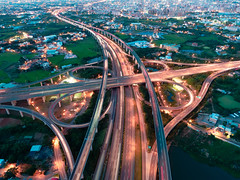 インターチェンジの空撮夜景 (YUSHENG HSU) Tags: 建築 intersection 搬送 long traffic ハイウェイ circle drone road 景色 car architecture business 自動車専用道路 ジャンクション landscape 交通イメージ ahead cityscape aerial トラフィック dusk network 景観 scenery freeway trails straight transport prospect jct high concept speed angle explore estate interchange 分岐点 exposure journey cross 台湾 インターチェンジ 光 view night taoyuan 高架道路 高速自動車道 建物 taiwan 夜景 overpass 交通 junction evening インターネット light building 高速道路 scene birds 通行 top highway modern scape 風景 eye real nighttime 運輸 transportation 桃園市