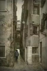 ... Si te sientas en el camino, ponte de frente a lo que aún has de andar y de espaldas a lo ya andado.  Proverbio chino ... (franma65) Tags: venecia