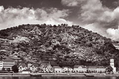Sankt Goarshausen (pni) Tags: monochrome view landscape hill town rhein rhine river tree building cloud sky stgoar ger18 germany deutschland pekkanikrus skrubu pni