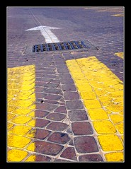 Obligacin (jose_miguel) Tags: espaa miguel digital canon de spain carretera jose ixus morocco paso maroc marrakech marrakesh 55 marruecos unica suelo seal trafico flecha pavimento alcantarilla cebra direccion obligatoria obligacion abigfave