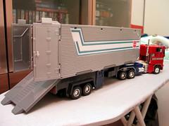 Optimus prime en camión con carrocería