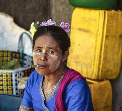 Humo (Nebelkuss) Tags: myanmar nyaungshwe lagoinle inlelake asia birmania burma mercado market rostro face retrato portrait humo smoke tabaco tobacco fujixt1 canonfd100f28