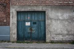 Rue de Bruxelles, Nivelles (Ivan van Nek) Tags: ruedebruxelles nivelles nijvel brabantwallon belgium belgië belgique nikon nikond7200 d7200 doorsandwindows ramenendeuren decay peelingpaint architecture architectuur wall muur garage garagedoor garagedeur