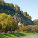 Salzburg - Altstadt (28) - Salzachpromenade schon herbstlich angehaucht