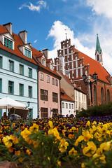 Ryga - stare miasto (jacekbia) Tags: europa łotwa latvia ryga riga architecture architektura budynek building kwiaty canon 1100d