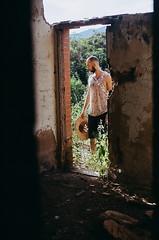 (Felipe de Oliveira R.) Tags: beijo kiss colorplus kodak 200 pushed 400 analógico analogue analogic analog 35mm película filme film boy gay men man homem handsome mato green verde roça paisagem landscape portrait selva floresta jungle nature natureza