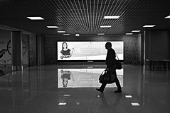 Flaying home (Roi.C) Tags: people candid walking outdoor airport nikkor nikond5300 nikon lisboa lisbon portugal europe man monochrome black white blackwhite blackandwhite bw 2018 silhouette reflection women girl smile sign